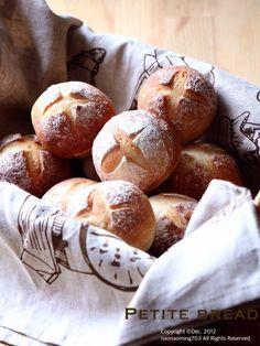 初焼き♬ その1  忙しさにかまけてすっかりパンを焼く事を怠っていました。  ほったらかし発酵でシンプルに丸パン〜。  40日ぶりと言うこともあり、手ごねの感覚完璧忘れている〜 更に成形も〜(笑)  味は美味しく出来きましたが、 また一からの修行がいりますね。