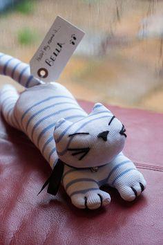 Bella est un mignon kitty la main fabriqué à partir de chaussettes ! Plein de caractère avec ses marquages rayés, elle est un animal de compagnie