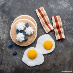 Use our instructions & templates to craft felt breakfast food that you can add to your children's play kitchen! Browse for our DIY play kitchen tutorial.