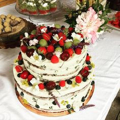 Po dovolené hned do procesu! #svatebnidort #redvelvetcake #nakedcake Red Velvet, Naked Cake, Food, Mascarpone, Lemon, Essen, Meals, Yemek, Eten