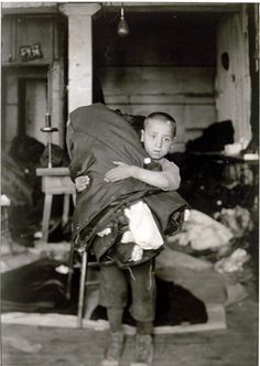 boy carrying home work from new york sweatshop | foto: lewis w. hine