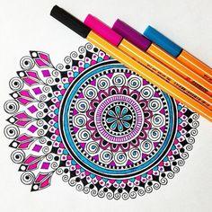dibujos de mandalas, colores vivos, interesantes, rosa, azul, diseño simple Mandala Doodle, Doodle Art, Mandala Artwork, Mandala Painting, Dibujos Zentangle Art, Mandalas Drawing, Zentangles, Bullet Journal Font, African Art Paintings