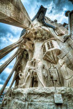 La Sagrada Familia Exterior Sculpture in Barcelona, Spain - Urlaub Unusual Buildings, Amazing Buildings, Modern Buildings, Places To Travel, Places To Visit, Magic Places, Madrid, Barcelona Travel, Gaudi Barcelona