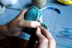 DIY corações de feltro para lembrancinha de chá de panela