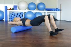 Eleva la cadera activando a toda la musculatura del abdomen Pilates, Gym Equipment, Exercise, Fitness, Shape, Sport, Exercise Ball, Functional Training, Crunches