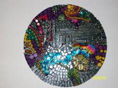 cuadro redondo realizado con espejos y materiales varios reciclados autor claudia lara