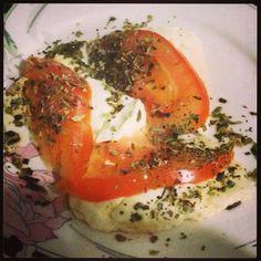 Queijo branco, tomate, orégano, 1 minuto no microondas