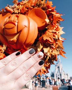"This ""not-so-scary"" nail art is perfect to try at home. This simple, short look guarantees no nail breakage at Mickey's Halloween Party. Mickey Mouse Nails, Mickey Mouse Christmas, Christmas Nail Art, Magic Kingdom, Disney World Nails, Mickey Mouse Nail Design, Disney Tips, Disney Planning, Disney Disney"