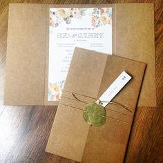 Lindeza do dia: convite rústico que mescla papel kraft com papel reciclato, layout floral e acabamento com sisal e folha desidratada.  #abelhadesign #craft #convite #casamento #conviterustico #convitedecasamento #rustico #rusticochic #rusticochique #floral #flores #bodas #instawedding #invitationwedding #invitacionesdebodas #wedding #mariage