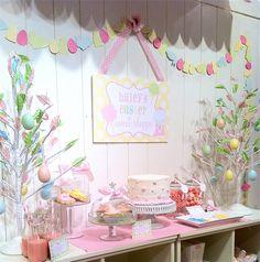 Que linda mesa! Reparem nos cookies de flores decorados à direita na foto. Onde eles estão? Nos domes que eu adoro!