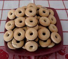 Vaníliás karika házilag. Hozzávalók: 40 dkg liszt, 15 dkg. cukor, 2 csomag vaníliás cukor,+egy kis aroma 2 tojássárgája, 1 db. citrom reszelt héja, 25 dkg. margarin, csipet só, 1/2 mk szódabikarbóna, Tetejére: 15 dkg. olvasztott csokoládé Sütés idő kb. 10 perc. Az étcsokoládét megolvasztjuk és mikor a karikák kihűltek, belemártjuk az aljukat, majd csokival felfelé egy tálcára sorakoztatjuk és megvárjuk, míg megszilárdul rajta a máz.