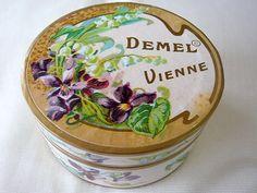 デメルのパッケージはヨーロッパレトロで統一していて特徴があり好きです。 DEMEL デメル すみれ砂糖漬け 紙箱