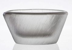 TAPIO WIRKKALA - Glass bowl designed in 1955 for Iittala, Finland. [h. 6 cm, Ø 11,5 cm] Glass Design, Design Art, Vintage Bowls, Bowl Designs, Plates And Bowls, Mid Century Design, Finland, Vases, Glass Art