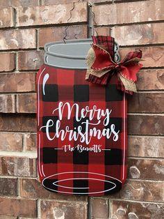 Mason Jar Crafts – How To Chalk Paint Your Mason Jars - Unfurth Plaid Christmas, Christmas Signs, Rustic Christmas, Christmas Projects, Holiday Crafts, Christmas Time, Christmas Wreaths, Christmas Decorations, Christmas Ornaments