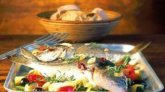 Fisch ist gesund und gehört auf jeden Speiseplan. Besonders die omega-3-Fettsäuren (in Lachs, Heringe, Makrele, Thunfisch) sind aufgrund ihrer entzündungshemmenden Wirkung wichtig. Aber welchen Fisch kann man heutzutage noch bedenkenlos kaufen und verzehren?