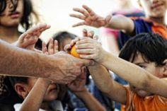 En Grèce l'austérité menace le droit à l'enfance | La crise économique qui frappe lourdement le peuple grec a mis à genou le pays, ceci est un fait maintenant globalement connu. L'économie hellénique est en chute libre, après s'être contractée du 20% dans les cinq dernières années. Le taux de chômage a dépassé les 27% (avec des pics qui varient selon la région entre 50% et 72% pour le chômage juvénile), résultant ainsi être le plus élevé en Europe, et 6 personnes sur 10 parmi.. Lire la…