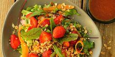 Myllyn Paras Mansikkasalaatti granolalla ja mansikkakastikkeella - Helposti hyvää! #kasvisruoat #pastaresepti #ruokaisasalaatti