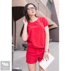 Комбинезон Tales «Sofi» (Красный) Стильный комбинезон с шортами - отличный вариант летнего гардероба. Данная модель выполнена из качественной костюмной ткани и имеет свободную посадку по фигуре. Глубокий вырез на спинке изделия украшен оригинальным галстуком. Комбинезон легко одевается и дарит легкость и комфорт в летнюю погоду. На страницу товара: http://lnk.al/1cYq