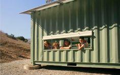 Cabaña Container diseñada por Gensler, para los Boy Scout del Campamento Emerald Bay en Isla Catalina, basada en  principios de diseño sustentable, utilización de energías renovables y uso de materiales reciclables. Se compone por 2 containers de transporte de 20 pies, unidos para crear un espacio de 100 m2. La estructura ha sido cubierta con una bóveda translúcida de fibra de vidrio sobre arcos de aluminio.