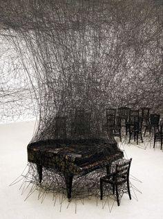 In Silence par Chiharu Shiota