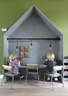 This house-shaped shared desk is cosy but informal, perfect to concentrate and also enjoy what they are doing. It also offers a lot of space to perform their tasks and it looks lovely in the room!