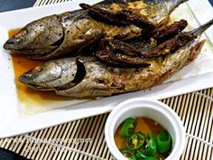 Sinaing na Tulingan is a native dish of the Philippines and particularly famous in the city of Batangas. It is a variation of Paksiw na Isda and Pinangat na . Filipino Dishes, Filipino Recipes, Filipino Food, Philippine Cuisine, Philippines Food, Pinoy Food, Cooking Instructions, Fish Recipes