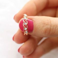 5 DIY Easy Rings - Braided & No Tools! - Jewls n things - 5 DIY Easy Rings - Braided & No Tools! I love simple diy projects and simple life hacks so in this tutorial I'll show you just that! I am yet again creating DIY Easy rings and this time I have Wire Jewelry Designs, Handmade Wire Jewelry, Wire Wrapped Jewelry, Jewelry Crafts, Beaded Jewelry, Jewelry Ideas, Diy Jewellery, Crochet Wire Jewelry, Diy Wire Jewelry Rings