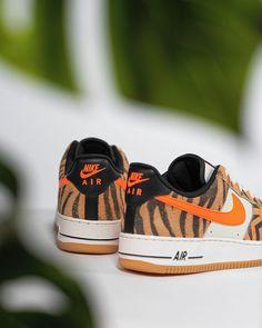 OUT NOW 🔥🖤Super wild vinden wij hem! Maar wat vinden jullie van deze prachtige Nike Air Force 1 'Daktari'? Air Force 1, Nike Air Force, Sneaker, Lifestyle, Slippers, Shoes Sneakers, Workout Shoes, Tennis
