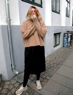 KNIT Zara DRESS Mads Nørgaard (on sale HERE) SNEAKERS New Balance 990 (grey version HERE) Indeholder reklamlinks: Mine beigefarvede New Balance er et af de bedste køb jeg gjorde sidste år. Der er også rigtig mange af jer der spørger til dem og desværre er den farve vist kun til at f....