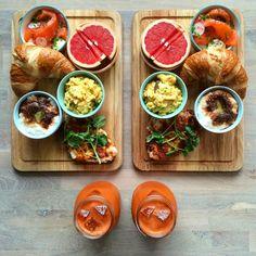 pečivo, uzený losis s ředkvičkami a jarní cibulkou, grapefruit, míchaná vajíčka s jarní cibulkou, rýžový puding se skořicí, chléb ve vajíčku se šunkou a petrželem