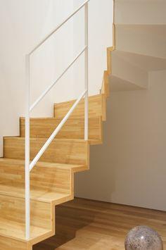 4階への階段。鉄板に木材を貼り込んである。japan-architects.com