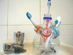 rangement-pour-dentifrices-diy-recyclage-bouteille-plastique-pour-organiser-ses-produits-de-soin