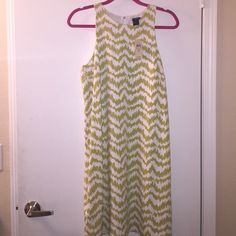 Ann Taylor Green and White Chevron Dress NWT✨ Nee with tags, chic, lightweight, gold button detail in back. Perfect for spring and summer, or perfect for work ! Ann Taylor Dresses Midi