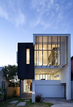 Image 1 of 13 from gallery of Small Street House / Base Architecture. Photograph by Christopher Frederick Jones Small Modern House Plans, Modern Small House Design, Modern Design, Mos Architects, Architecture Résidentielle, Installation Architecture, Australian Architecture, Minimalist Architecture, Design Exterior
