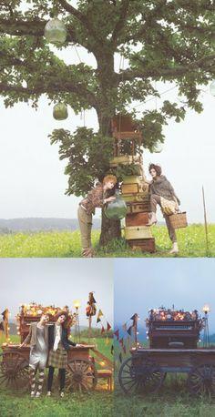 ouderwets vintage: klok aan boom hangen, stapel bruine koffers, oud tafeltje, stoelen...