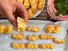 Τα αφράτα πασχαλινά κουλουράκια της γιαγιάς Sausage, Biscuits, Easter, Sweets, Meat, Food, Crack Crackers, Cookies, Gummi Candy