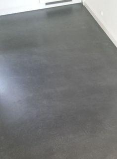 """Mir fiel sofort der Küchenfußboden ins Auge. """"Oh, der von uns damals gespachtelte fugenlose Küchenboden sieht aber noch sehr gut aus, man sieht gar keine Gebrauchsspuren. Das ist …"""