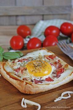 Spiegelei-Blätterteig-Pizza   http://wp.me/p5v5CK-T8