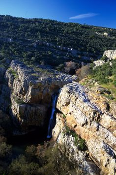 Cascada de la Cimbarra (Jaén) El rio Guarrizas saltando la gran falla que compone la cascada de la Cimbarra, de 50 metros de altura, cerca de Despeñaperros (Jaén).