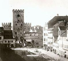 Karlstor, mit Hauptturm, unmittelbar nach der am 15.9.1857 im rechten Anbau erfolgten Pulverexplosion. Der Hauptturm wurde aufgrund der schweren Beschädigungen in der Folge abgebrochen. © Stadtarchiv Sammlung Karl Valentin.