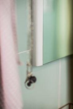 Heart spegel är med sina rundade sidoramar i ekfanér en såväl elegant som modern spegel.