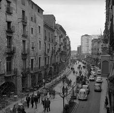 1967 girona Diferents vistes de la rambla de la Llibertat amb gent passejant i cotxes aparcats