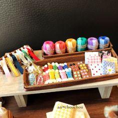 毛糸やリボンなどなど、全て指先サイズで作っています 2枚目に大きさ比較写真があります☃️ * * * 只今ヤフオクへ出品中です♪よかったら是非見に来てください♂️ ※プロフィール欄のURLより飛べます✈︎ #ミニチュア #ハンドメイド #粘土 #クレイクラフト #食品サンプル #シルバニア #ドールハウス #手芸 #テディベア #カラフル #miniature #handmade #sweets #airdryclay #dollhouse #handcraft