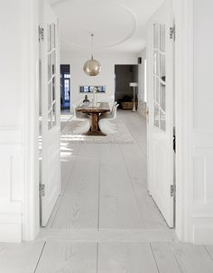Wide plank, white-washed floors are a great alternative to the modern, ebony floors that are so popular. Pvc Flooring, Wide Plank Flooring, Wooden Flooring, White Vinyl Flooring, White Floorboards, White Washed Floors, White Walls, White Wooden Floor, Inspiration Design