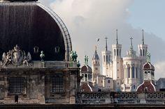 """Rhône-Alpes Lyon – Fourvière cachée derrière l'Hôtel Dieu, L'Hôtel Dieu est le premier hôpital lyonnais. L'expression """"c'est l'hôpital qui se moque de la charité"""" est lyonnaise et proviendrait de différends entre l'hôtel Dieu et l'hôpital de la Charité situé non loin dans le quartier de Bellecour."""