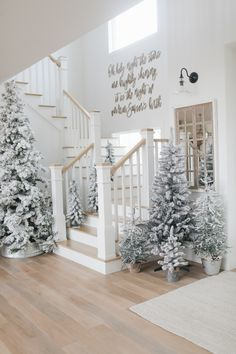 Capture the look of wintry-rustic elegance in your home by decorating your Christmas trees with a winter wonderland theme. Capture the look of wintry-rustic elegance in your home by decorating your Christmas trees with a winter wonderland theme. Christmas Staircase, Flocked Christmas Trees, Christmas Tree Themes, Modern Christmas Trees, Beautiful Christmas Trees, Hygge Christmas, Christmas Home, White Christmas, Xmas