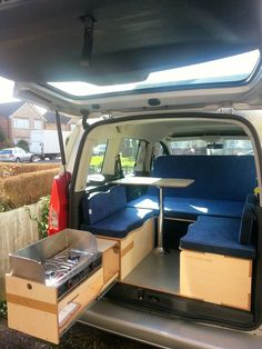 - #acampartrucos #Campingacampar #Campingquellevar #Cosasparaacampar #Quellevarauncampamento #Quellevarenlamaletadeviaje #Vandecamping Van Conversion Kitchen, Diy Van Conversions, Van Conversion Interior, Truck Bed Camper, Mini Camper, Ford Transit Camper Conversion, Kangoo Camper, Minivan Camping, Camper Kitchen
