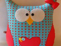 faire-un-coussin-hibou-multicolore-en-rouge-bleu-petites-fleurs Sewing Toys, Sewing Crafts, Sewing Projects, Fabric Animals, Sock Animals, Owl Fabric, Fabric Decor, Owl Cushion, Owl Pillow