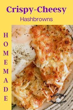 How to make crispy homemade hash brown potatoes with cheese. Our recipe uses an Iron skillet to make crispy cheesy hashbrowns on top of the stove. We included a list of optional ingredients to add into your hash browns. #breakfast #sidedish New Recipes, Cooking Recipes, Favorite Recipes, Cheesy Hashbrowns, Friend Recipe, Yummy Food, Delicious Recipes, Southern Recipes, Meals For The Week