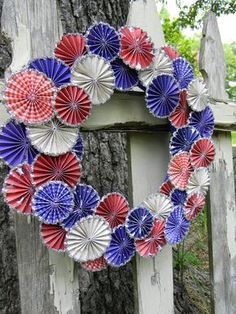Memorial Day Rosette Wreath easy DIY outdoor decorations for any BBQ! #memorialdayfun